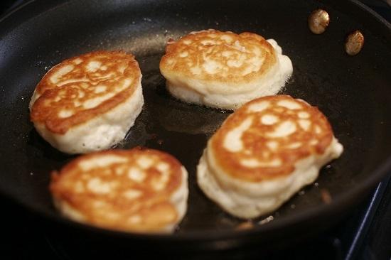 Как делать оладушки на кефире пышные рецепт с пошагово на дрожжах