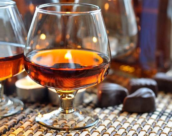 Приготовленный таким способом напиток непрофессиональному сомелье сложно отличить от дорогого коньяка с многолетней выдержкой