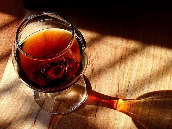 Легкий кофейный аромат придает специфический вкус напитку, а лимон - особую изюминку