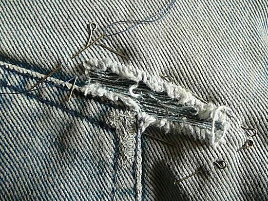 Если дырка на джинсах получилась в виде прямого или углового пореза