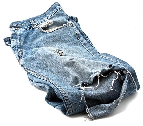 Потертости или дырки на джинсах в области колен образуются достаточно часто