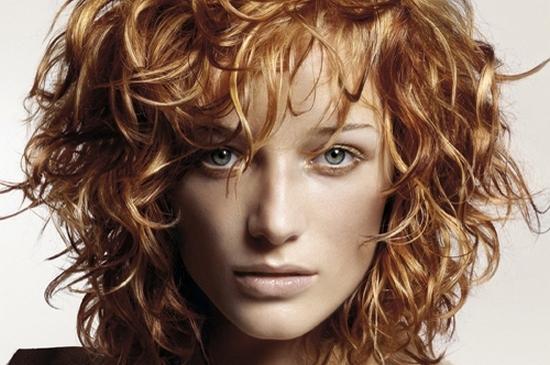Больше женственности: как красиво уложить накрученные волосы в эффектную и модную прическу?