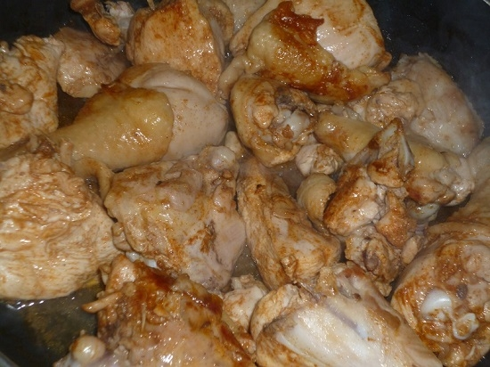 Курица в сметане с чесноком на сковороде