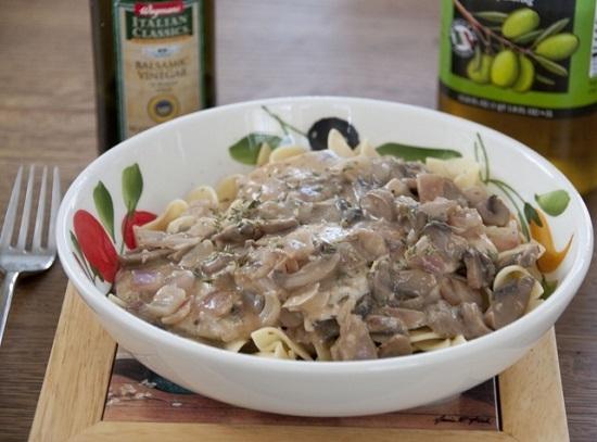 Курица с грибами в сметане на сковороде