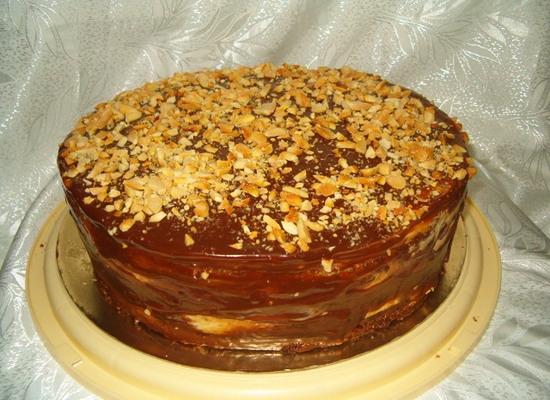 Торт сникерс с кремом с вареной сгущенкой и орехами