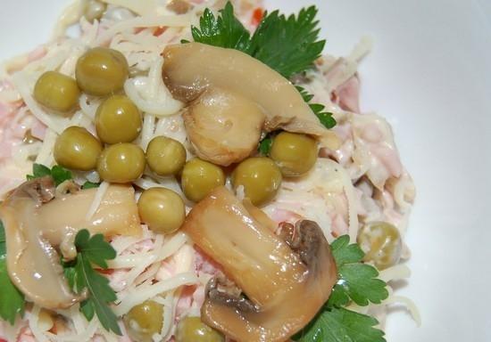 Салат из морепродуктов сыра и грибов фото