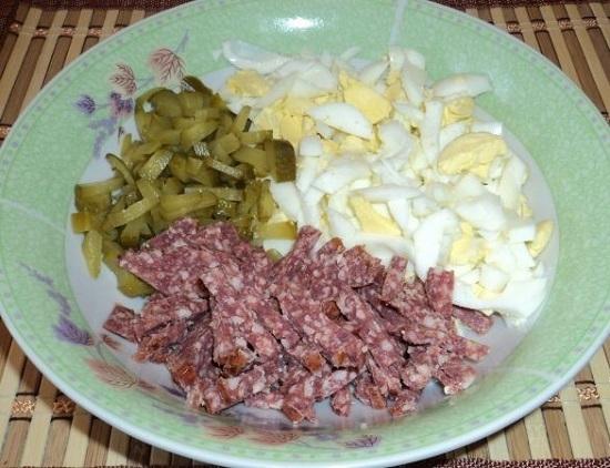 Салат с колбасой и сухариками, и кукурузой