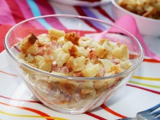 Салат с сухариками и колбасой, и помидорами