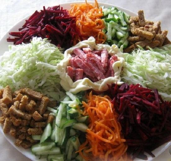 Салат с капустой и колбасой, и сухариками