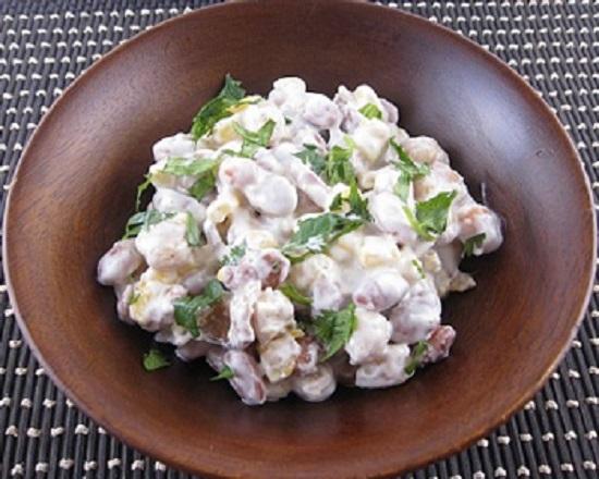 Салат с фасолью, сухариками и копченой колбасой