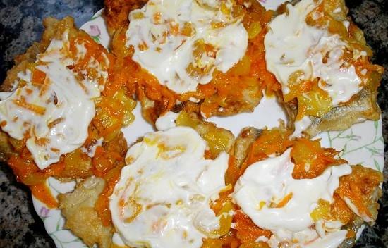 Минтай с морковью и луком и майонезом рецепт