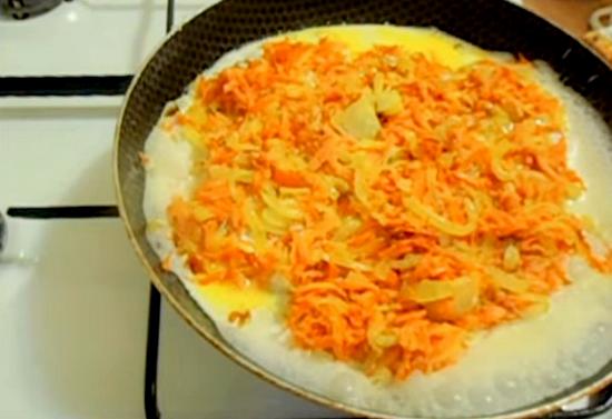 Филе минтая в сметане с морковью и луком и