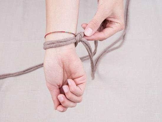 Полученную петельку надеваем на запястье правой руки