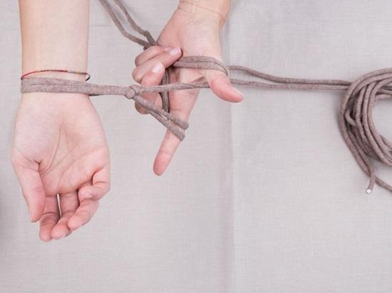 захватите нить от мотка и заверните кольцом вокруг большого пальца