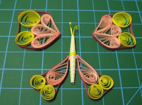Яркая бабочка в технике бумажной пластики