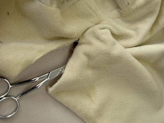 петли и воротниковый разрез сшиваем вручную