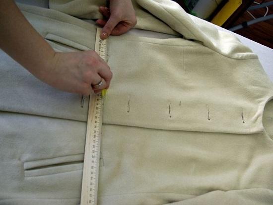 отмеряем нужную длину пальто
