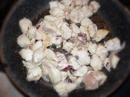Обжариваем куриное филе