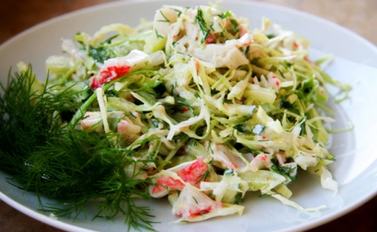 Салат с капустой крабовыми палочками кукурузой