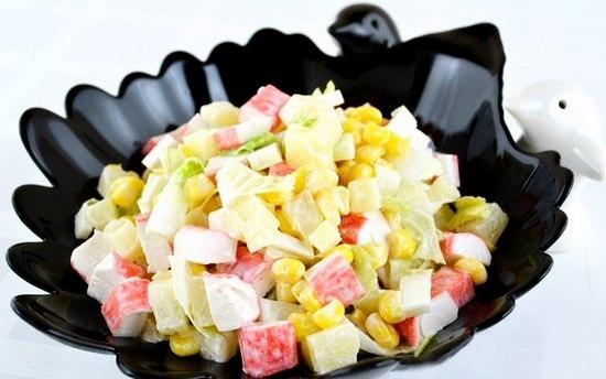 Салат из крабов, пекинской капусты и ананаса