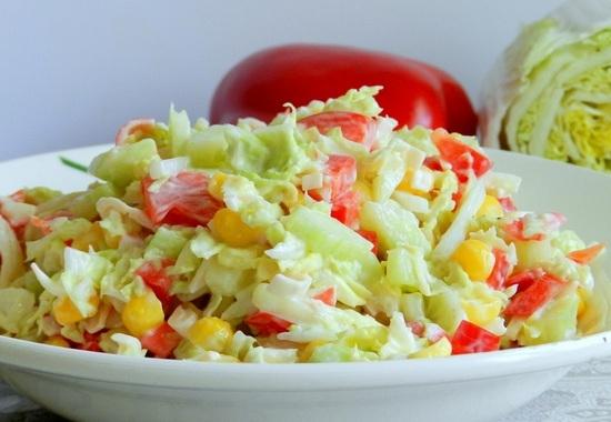 Салат капустный с крабами и томатом