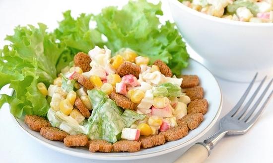 Салат с листами капусты пак-чой, сухариками и крабами