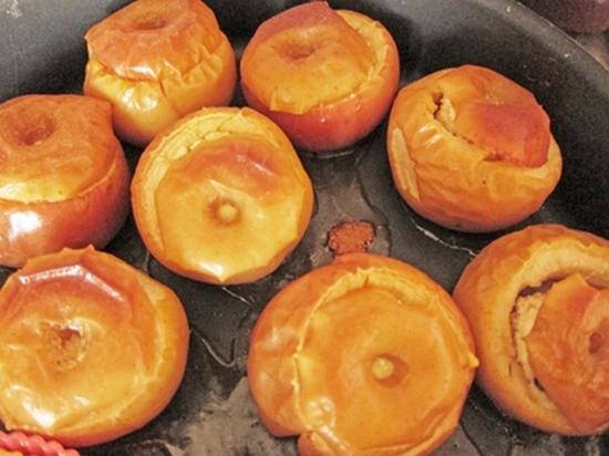 Рецепт запеченного яблока с творогом в духовке для кормящей мамы