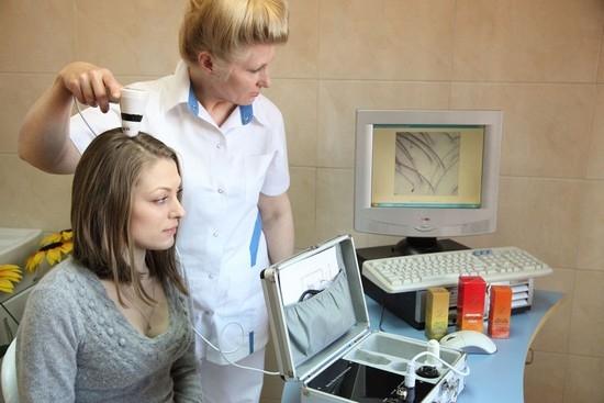 Себорейный дерматит проявляется в виде беловато-желтоватых чешуек