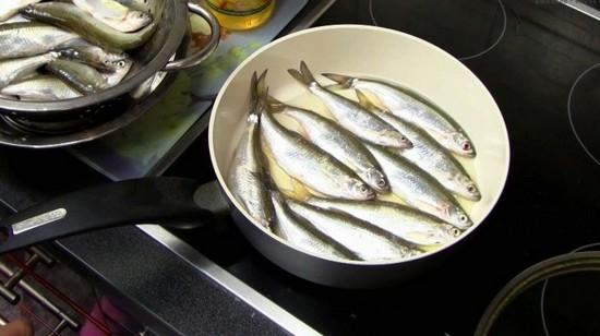 Шпроты из уклейки на сковороде