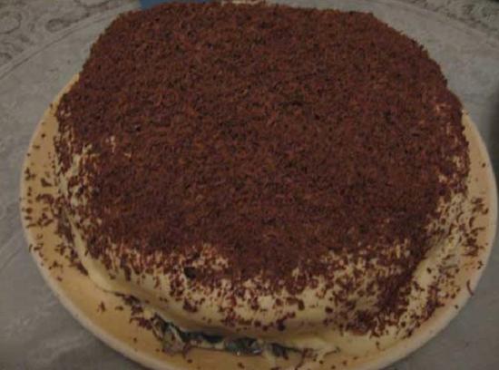 Сверху украшаем торт порошком какао или тертым шоколадом