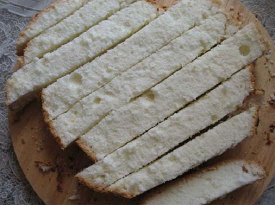 Нарезаем готовую бисквитную основу равноценными полосками