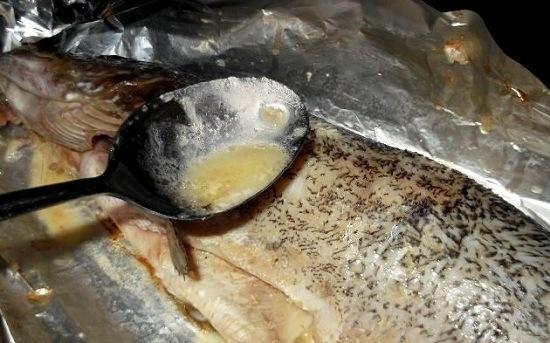 Через каждые 15 минут аккуратно раскрываем фольгу и поливаем тушку щуки сливочным растопленным маслом