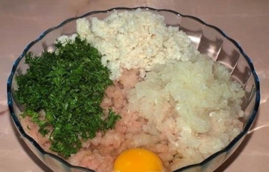 В рыбный фарш добавляем вымоченный хлеб, измельченную зелень и лук