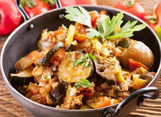 овощное рагу с баклажанами и кабачками и картофелем