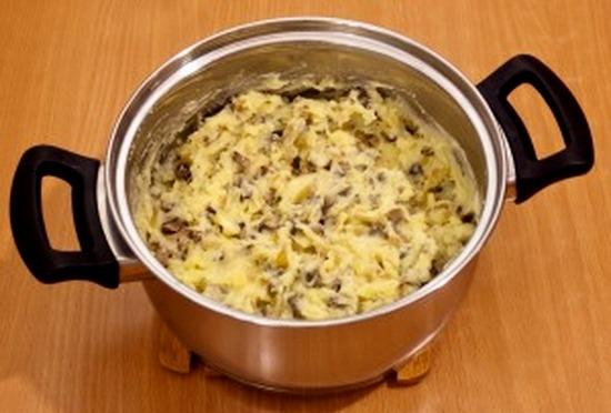 Смешиваем картофельное пюре с пассерованными грибами и луком
