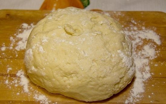 Добавляем порционно просеянную муку и замешиваем тесто