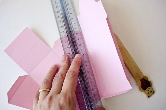 Затем по нему же вырезаем заготовку из плотного картона