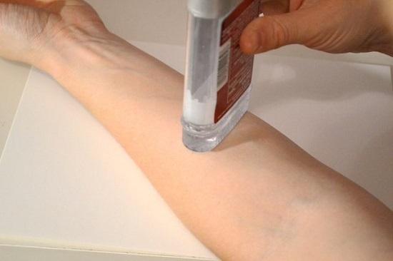 Проведите дезодорантом по коже в том месте, где хотите нарисовать тату