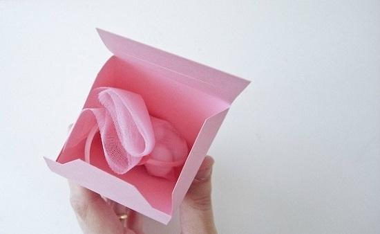 Теперь помещаем подарочек вместе с запиской внутрь коробки