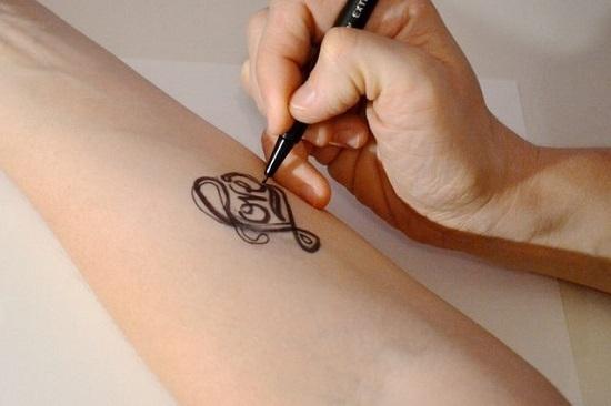 Обведите контуры рисунка ручкой с тонким пером