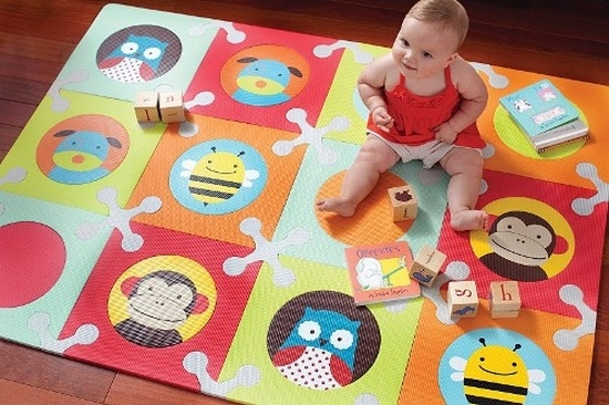 Как выбрать и сшить коврик для ползания ребенка?