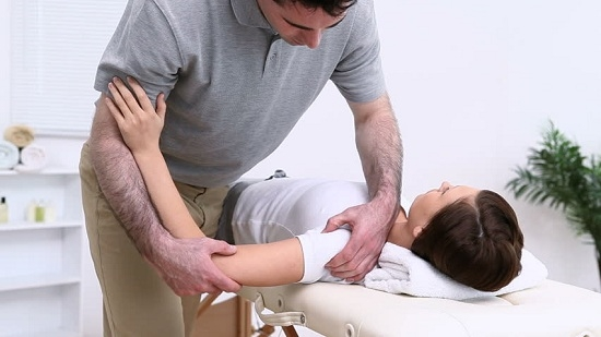 боли в плечевом суставе когда поднимаешь руку лечение массаж