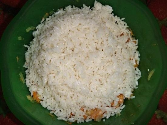 Перекладываем в миску с фаршем остывший рис