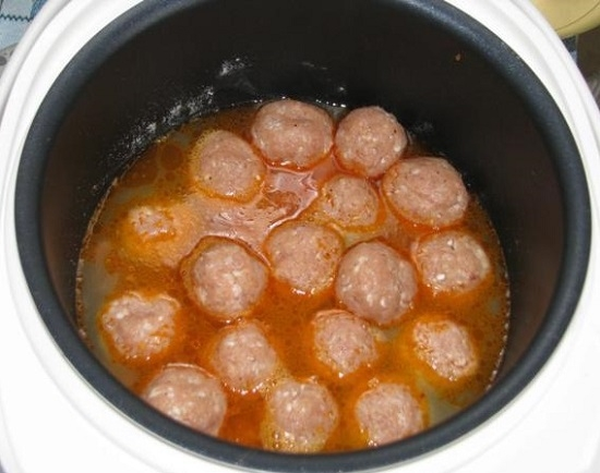 заливаем полученным соусом тефтели