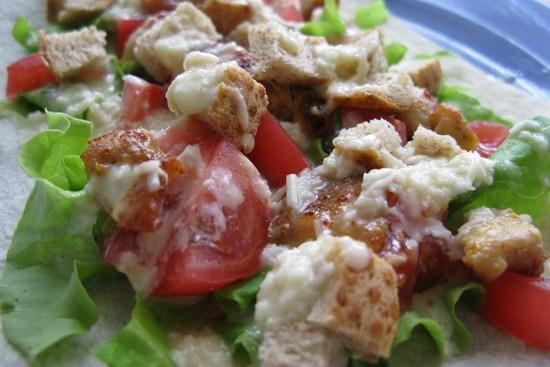Салат с сухариками мясом помидорами и огурцами