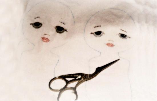 Обрисовываем на ткани цельные голову и туловище