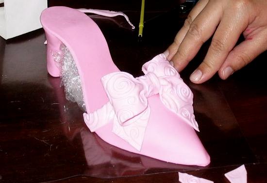 Украшаем бело-розовым бантиком
