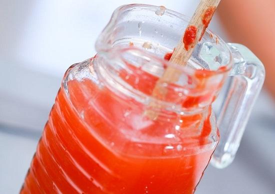Чтобы приготовить напиток из томатной пасты, ее нужно развести остывшей кипяченой водой в пропорции 1 к 3.