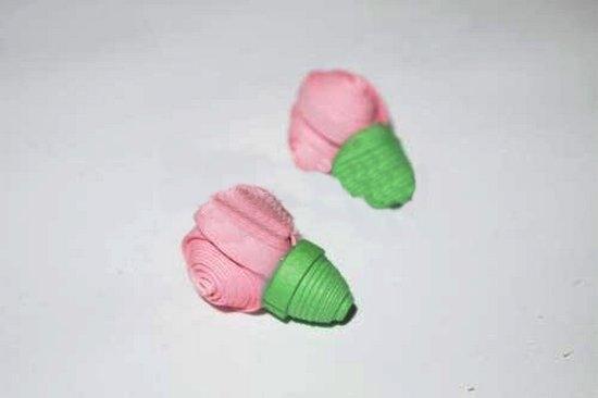 Из материала розового цвета делаем несколько бутонов