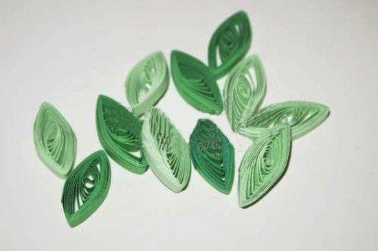 Делаем тугой рулончик из бумаги зеленого цвета
